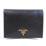 PRADA 1M0668 經典浮雕LOGO皮革壓紋扣式中短夾.黑