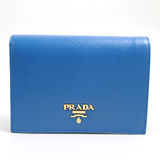 PRADA 1M0668 經典浮雕LOGO皮革壓紋扣式中短夾.藍