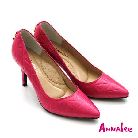 ANNAlee 摩登幾何圖形壓紋後飾扣尖頭高跟鞋-桃紅色