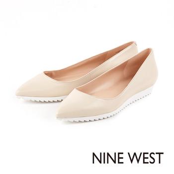 NINE WEST-摩登運動風 尖頭鞋楦休閒平底鞋-米白色