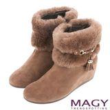 MAGY 柔軟暖呼呼 羊麂皮內增高毛絨絨短靴-可可
