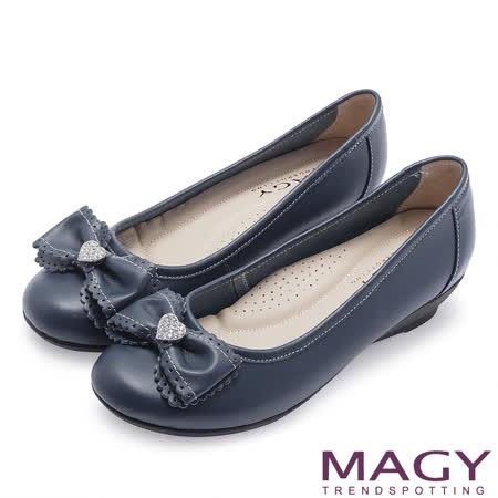 MAGY 輕甜女孩 愛心水鑽點綴花邊蝴蝶結坡跟鞋-深藍