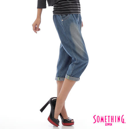 SOMETHING 打摺七分牛仔褲-女-拔淺藍