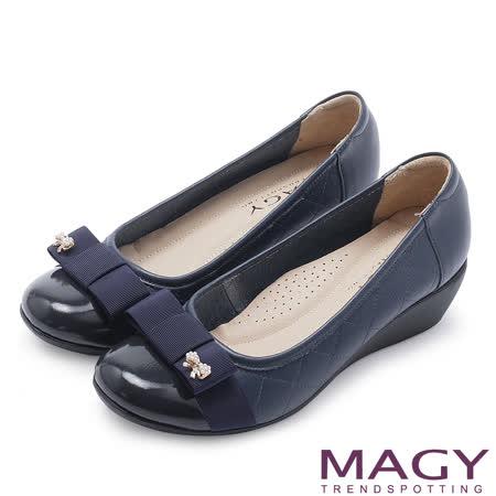 MAGY 輕甜女孩 蝴蝶結珍珠飾釦楔型鞋-深藍