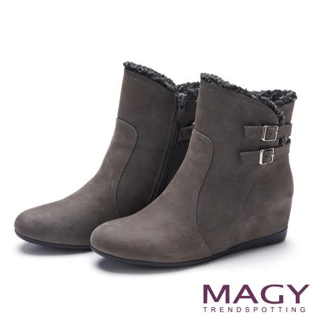 MAGY 率性簡約 舒適皮帶釦環毛毛平底內增高短靴-灰色