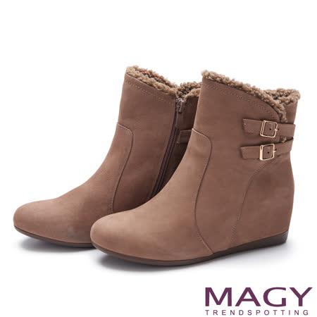 MAGY 率性簡約 舒適皮帶釦環毛毛平底內增高短靴-可可