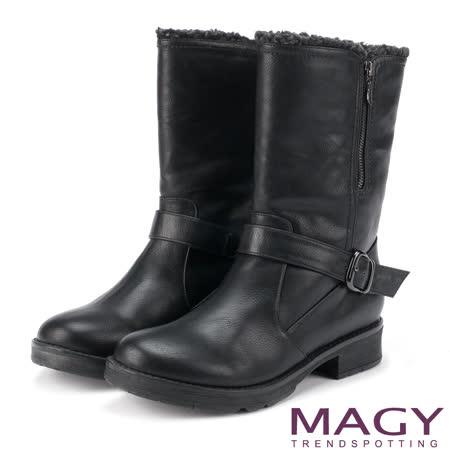 MAGY 街頭率性風 個性騎士皮帶低跟中筒靴-黑色