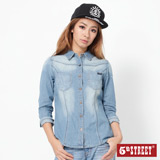 5th STREET 繡字長袖牛仔襯衫-女-拔淺藍