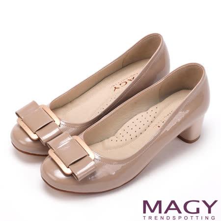 MAGY 360完美包覆 鏡面牛皮蝴蝶結方釦粗中跟鞋-粉膚