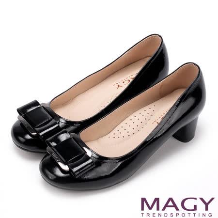 MAGY 360完美包覆 鏡面牛皮蝴蝶結方釦粗中跟鞋-黑色