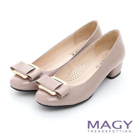 MAGY 鏡面牛皮蝴蝶結方釦粗低跟鞋-芋粉