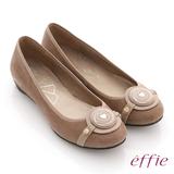 【effie】時尚樂活 絨面壓紋羊皮圓釦平底鞋(卡其)