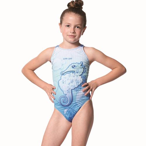 【SAIN SOU】競賽/泳隊女童連身三角泳裝附矽膠欣欣 百貨泳帽A87501