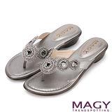 MAGY 迷人耀眼時尚風 雅致串珠夾腳拖鞋-灰色