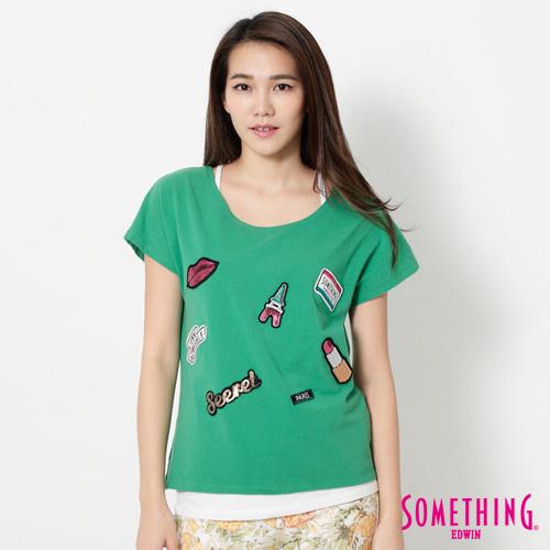 SOMETHING 巴黎趣味貼標短袖T恤~女~綠色
