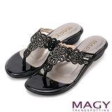 MAGY 優雅氣息無限蔓延 細緻水鑽簍空夾腳拖鞋-黑色