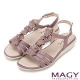 MAGY 甜美氛圍 皮革花朵造型厚底涼鞋-紫色