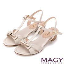 MAGY 典雅時尚 羊皮皮帶金屬蝴蝶結飾釦涼鞋-米色