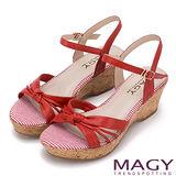 MAGY 異國風情 皮帶扭結拼接條紋楔型涼鞋-紅色