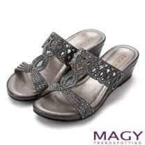 MAGY 優雅氣息無限蔓延 燙鑽造型楔型涼拖鞋-灰色