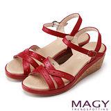 MAGY 優雅舒適 真皮皮帶編織打洞交錯楔型涼型-紅色