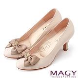 MAGY 甜美OL通勤款 簍空造型飾釦牛皮高跟鞋-粉膚
