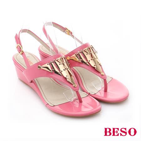 【BESO】華麗雅緻 幾何金屬片鉚釘鏡面小坡跟夾腳涼鞋(粉橘)