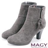 MAGY 紐約時尚步調 羊皮造型流蘇高跟短靴-灰色