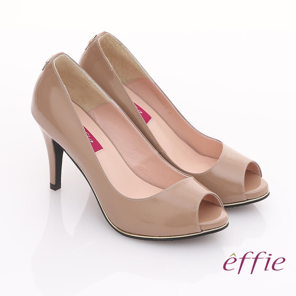 【effie】都會風情 全真皮素面金色飾帶魚口高跟鞋(卡其)