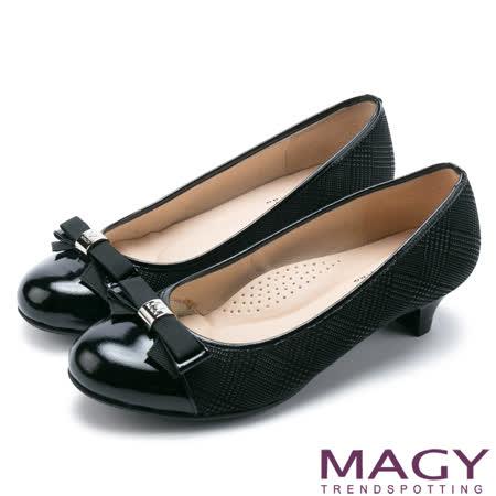 MAGY OL通勤專屬 LOGO五金+特殊紋羊皮中跟鞋-黑色