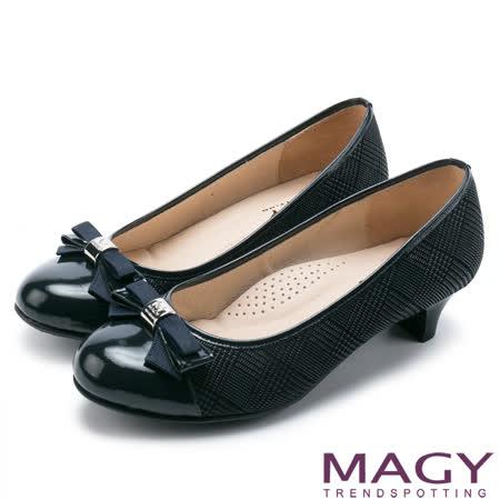 MAGY OL通勤專屬 LOGO五金+特殊紋羊皮中跟鞋-深藍