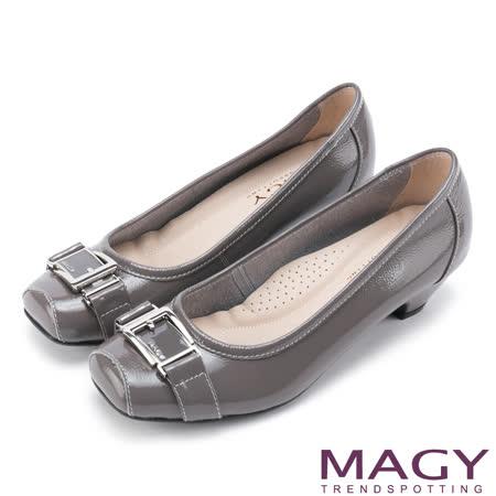 MAGY 氣質通勤款 鏡面牛皮皮帶飾釦方頭中跟鞋-灰色
