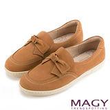 MAGY 舒適樂活 甜美蝴蝶結綁帶牛皮休閒平底鞋-棕色