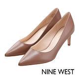 NINE WEST--經典必備中跟尖頭鞋--百搭駝