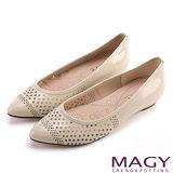 MAGY 甜美新風貌 穿孔牛皮平底尖頭鞋-米色