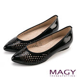 MAGY 甜美新風貌 穿孔牛皮平底尖頭鞋-黑色