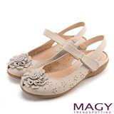 MAGY 經典甜美舒適 皮革花朵點綴打洞簍空低跟鞋-米色