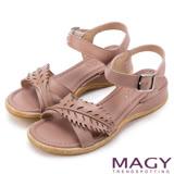 MAGY 休閒時尚 皮革葉片造型坡跟涼鞋-粉紅