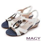 MAGY 時尚穿搭必備款 皮帶交錯造型鐵環楔型涼鞋-白色
