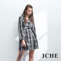 ICHE衣哲 英式黑白格紋印花立體鑲釦長版風衣外套-黑
