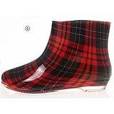 下雨不怕破壞OL造型 低跟雨鞋上市-紅格紋