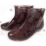 下雨不怕破壞OL造型 低跟雨鞋上市-蛇紋款