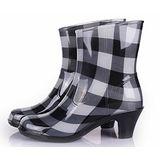 下雨不怕破壞OL造型 高跟雨鞋上市-黑白粗格款