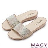 MAGY 時尚優雅名媛 絨布燙鑽低跟拖鞋-銅色