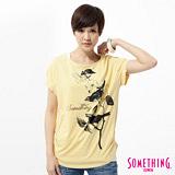 SOMETHING 花卉鳥圖寫意T恤-女-淺黃色
