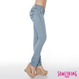 SOMETHING 簡約輕夏 假前袋超窄直筒牛仔褲-女款(漂淺藍)