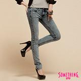 SOMETHING NEO低腰窄直筒牛仔褲-女-漂淺藍