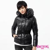 SOMETHING 腰帶造型太空領羽絨外套-女-黑色