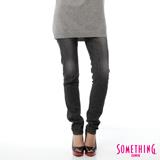 SOMETHING NEO FIT低腰伸縮窄直筒牛仔褲-女-黑灰色