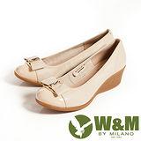 W&M (女)時尚風大方白鑽蝴蝶結包頭OL中跟楔型鞋-米